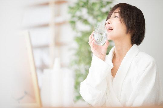 水分補給・女性・バスローブ