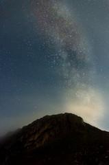 amanecer y via láctea en el monte aizkorri, en país vasco, Euskadi