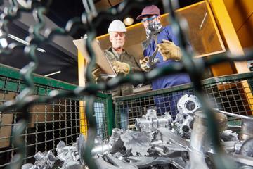 Arbeiter kontrollieren Qualität von Werkstücken