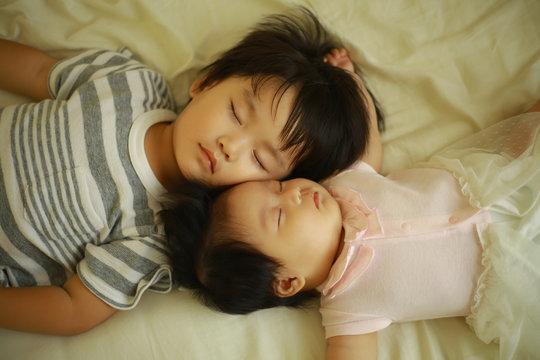お昼寝する子供たち