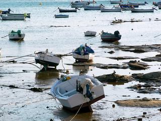 barcos de pesca en la playa de la Caleta en la bahía de la capital de Cádiz, Andalucía. España. Europa.