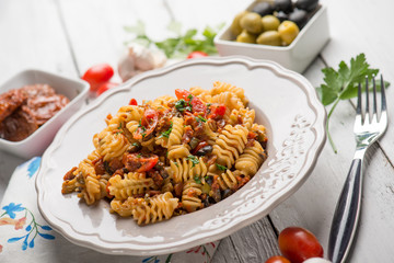 pasta with dried tomatoes fresh tomaoes and green olives