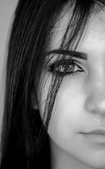 bellissima ragazza mora posa in studio fotografico ritratto