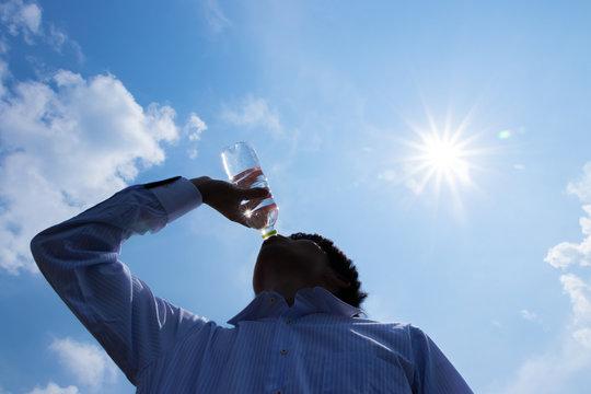 水分補給 ペットボトル 熱中症対策 人物