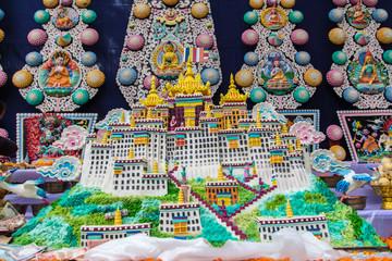 チベット仏教の祈りのための、お供え。トルマ。ポタラ宮殿