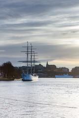Voilier à 3 mâts à quai au couchant en hiver à Stockholm en Suède