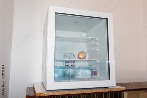 Canette Et Bouteille D Eau Dans Un Mini Refrigerateur Stock Photo