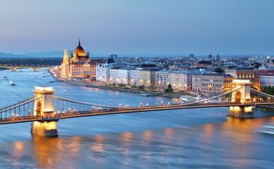 Fond de hotte en verre imprimé Budapest Budapest, Hungary. Chain Bridge and the Parliament.