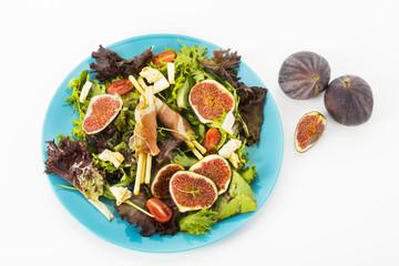 gemischter Blattsalat mit Feigen, Tomaten, Schafskaese und Crossinis mit Schinken, Freisteller