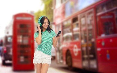 Foto op Aluminium Londen rode bus travel, tourism and technology concept - happy teenage girl in headphones with smartphone listening to music over london city street background