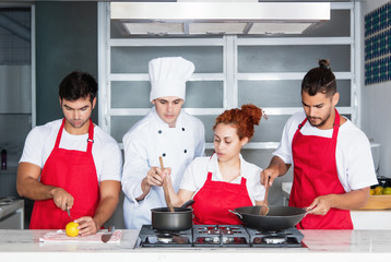Chefkoch mit Team in der Küche