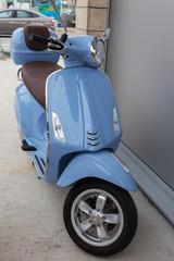 Fotorolgordijn Scooter Blue scooter standing on the street