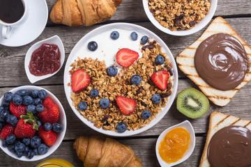 Granola yogurt and berries