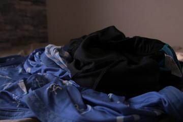 汚いアパートの一室の乱れた洋服