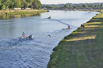 maraton kajakowy na rzece o zachodzie słońca