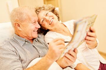 Glückliches Senioren Ehepaar löst Rätsel