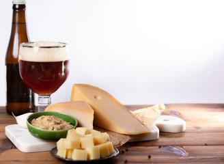 Papiers peints Biere, Cidre Dutch finger food usually served with glass of beer, cubes hard old cows and goat cheese with Dijon mustard