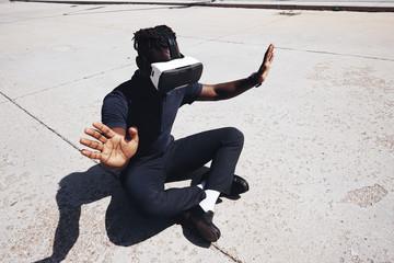 Retrato futurista de un hombre joven con gafas de realidad virtual