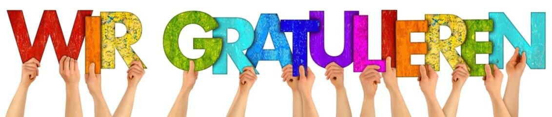 WIR GRATULIEREN Leute Mitarbeiter Hände halten farbenfrohe bunte Buchstaben aus Holz hoch Gratulation Glückwunsch Geburtstag Beförderung Konzept Hintergrund weiß isoliert
