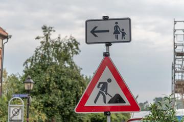 Verkehrszeichen Baustelle mit Zusatzzeichen Fußgänger andere Straßenseite benutzen