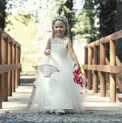 kleine Braut streut Blumen