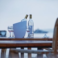 Leere Weinflschen im Weinkühler in der Strandbar - war ein schöner Abend