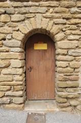 """Tür mit Hinweis """"Künstlereingang"""" auf französisch """"Entrée des artistes"""""""