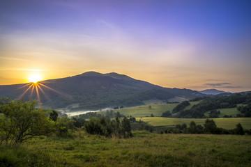 Fototapeta Bieszczady, letni wschód słońca nad Połoniną Caryńską  obraz