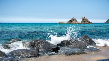 日本海石と波、桜井二見ヶ浦夫婦岩の風景、福岡県糸島市九州日本