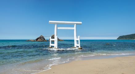 桜井二見ヶ浦の夫婦岩と白い鳥居、福岡県糸島市、九州日本