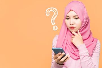 スマホを見るイスラム女性