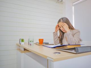 Business women headache becuase Stock market going down,