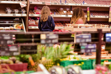 famille au rayon alimentaire