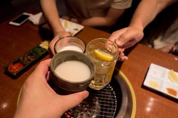 マッコリ、ハイボール、生ビールで乾杯!休日に友人と焼肉屋で贅沢な食事
