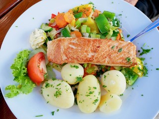 GMrilled salmon wimmth salad anmmd boiled potatoes Healthy food