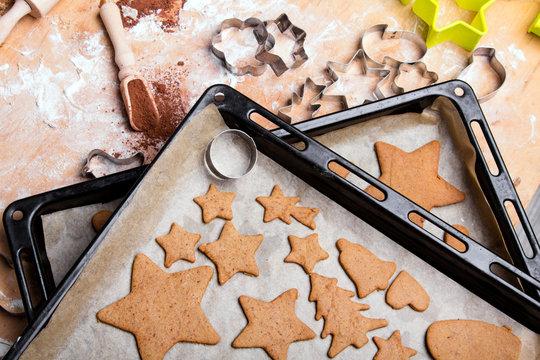 Przygotowywanie świątecznych pierniczków. Pieczenie ciasteczek na Boże Narodzenie.