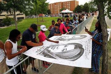 Artist Mark Gains lets people sign large drawings of Aretha Franklin on the second day of a public viewing of the late singer in Detroit