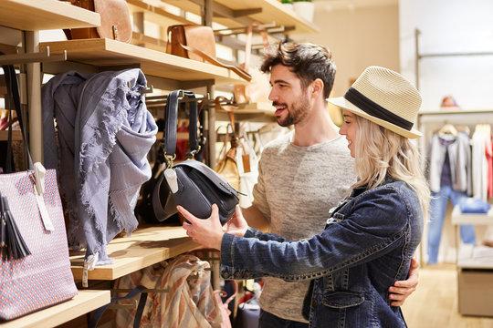 Junges Paar im Laden für Damenmode