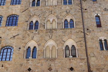 Serie di Bifore in un palazzo medievale