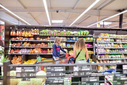 clientes dans une grande surface aux rayons alimentaires