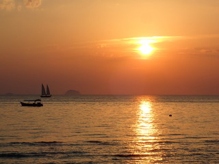 夕日の中を走るヨット=同じヨットの連続撮影