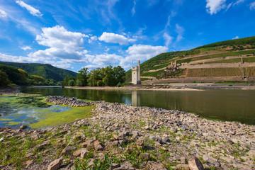 Der Mäuseturm und die Burg Ehrenfals am Rhein bei Niedrigwasser