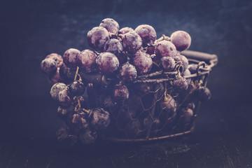 Weintraubem im Drahtkorb