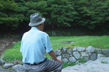 老人・男性・座る - Old man sitting in the wood