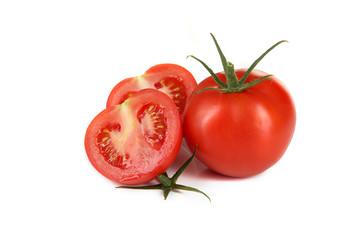 Aufgeschnittene und ganze Tomate auf weißem Hintergrund
