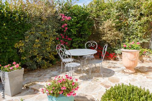 Terrasse fleurie avec salon de jardin\