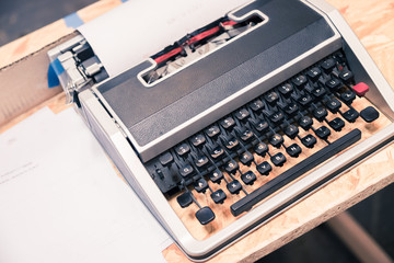Analoge Schreibmaschine auf Holzplatte