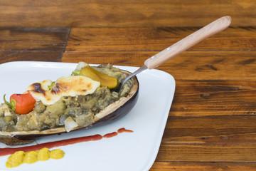 Berenjenas rellenas con queso y vegetales, asadas en el horno
