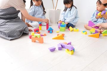 ブロックで遊ぶ子どもと先生