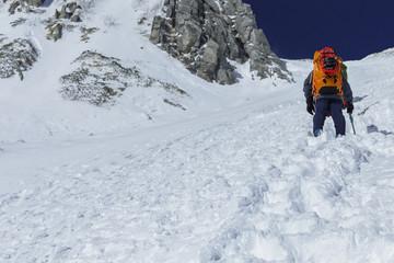 千畳敷カールから登る登山者